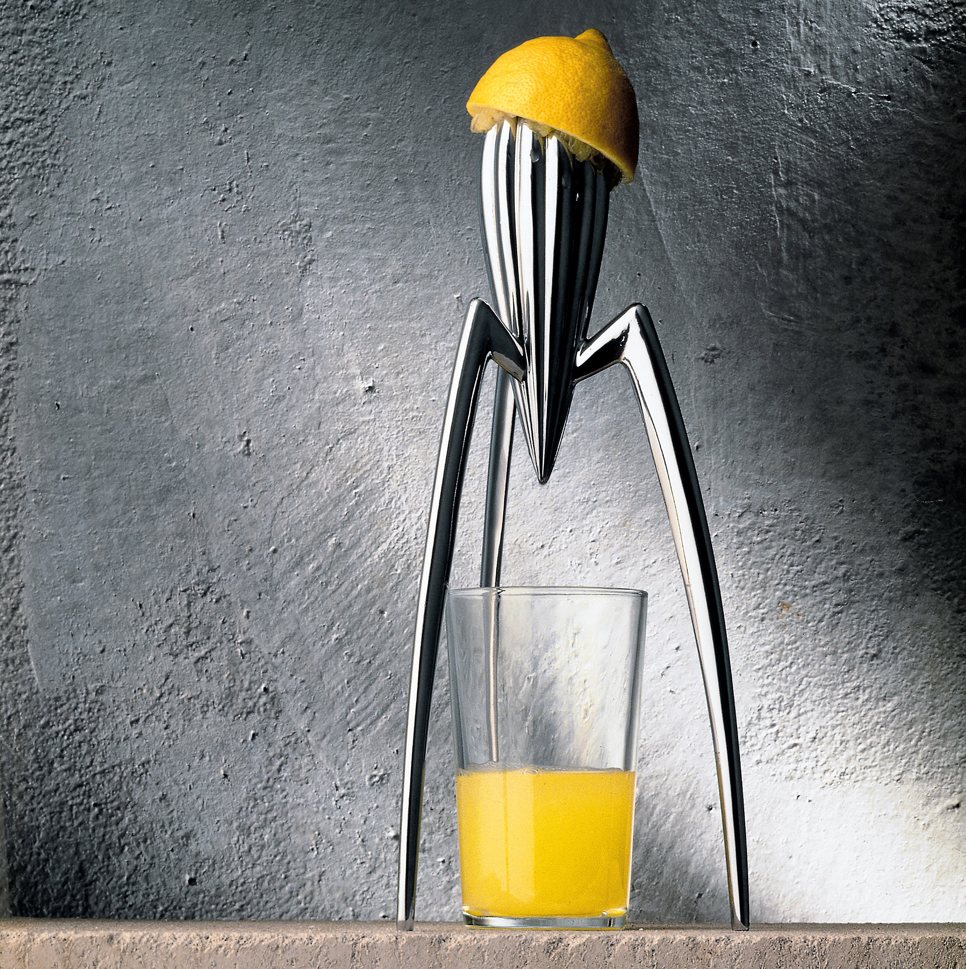 Finální produkt lisu na citrusy Juicy Salif od Philippe Starcka pro Alessi. © Alessi