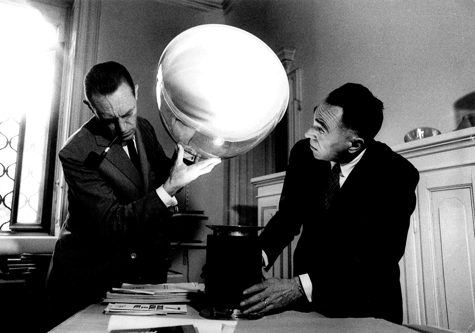 Achille a Pier Giacomo Castiglioni testují svítidlo Taccia. © Ugo Mulas
