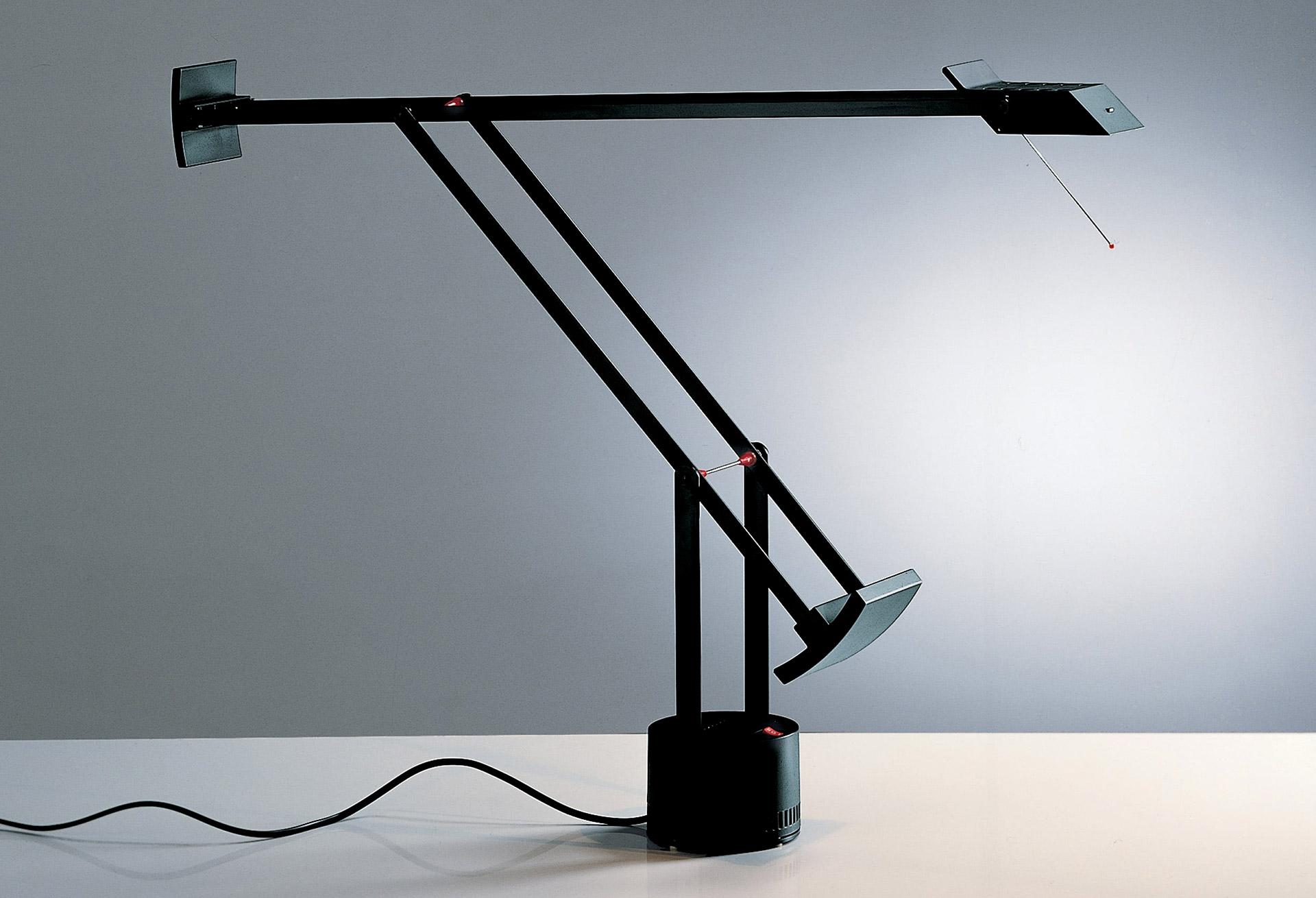 Klasická verze stolní lampy Tizio. © Artemide
